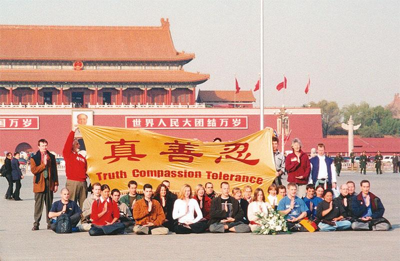 """Ngày 20/11/2001, có 36 học viên Pháp Luân Công người phương Tây đã đến quảng trường Thiên An Môn kháng nghị ôn hòa, cùng giơ cao tinh thần """"Chân – Thiện – Nhẫn"""