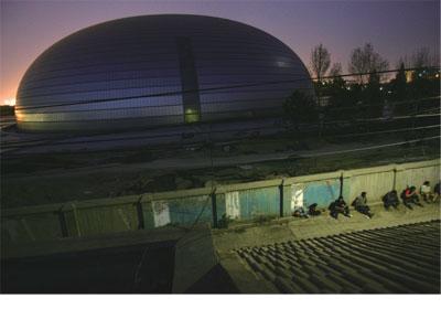 >國家大劇院近竣工 民眾熱議墳墓工程