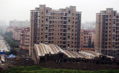 上海十三層樓倒塌 官方解釋惹眾議