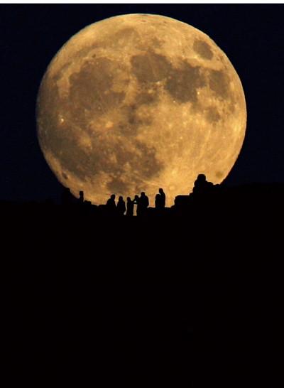 月亮是 人造星球