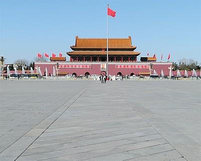 一條野狗,蹲在中國大門口