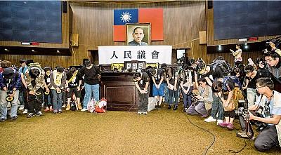 經貿假象幻滅 太陽花讓臺灣民主抬頭