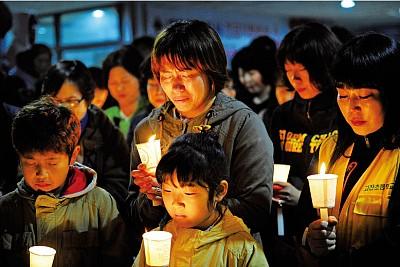 韓國客輪翻沉 數百人失蹤舉國悲痛
