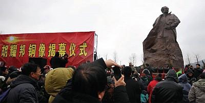 胡錦濤曾在胡耀邦墓前 大喊「總書記」