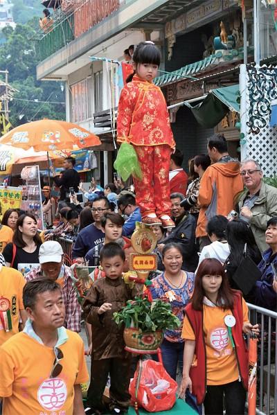 節慶聚焦 現代都市回歸傳統 香港長洲賞飄色搶包山
