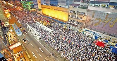 圖片報導:無懼恐嚇 「七一」香港空前抗共大遊行