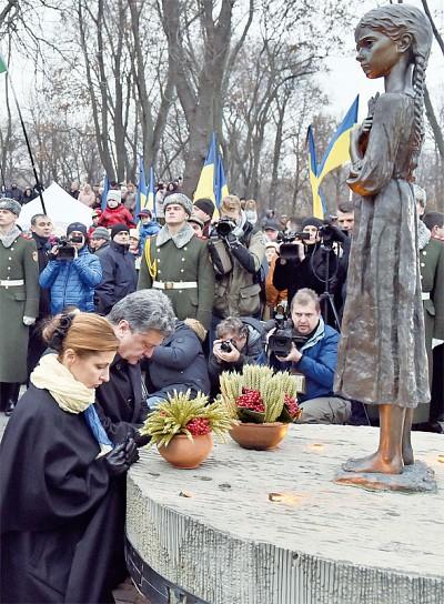 烏克蘭總統跪祭數百萬 「大饑荒」亡魂