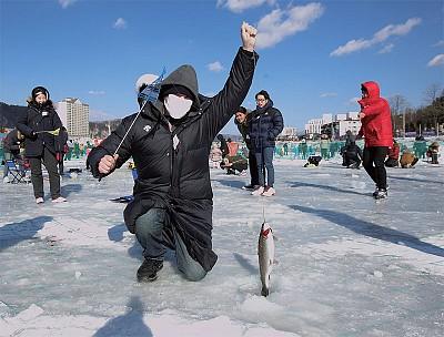 闔家冰釣驅寒意 韓國冬季慶典