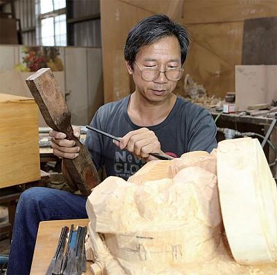 師法萬物 技藝天成 木雕藝術家藍文萬