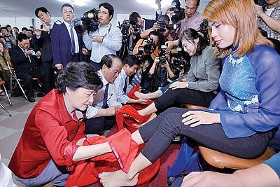 韓國女總統給人洗腳vs.中國百姓給官員下跪