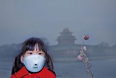 陰霾橫行中國 民眾戴口罩被抓